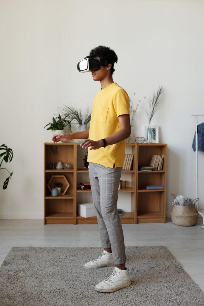 menneske bruger virtual reality teknologi til underholdning
